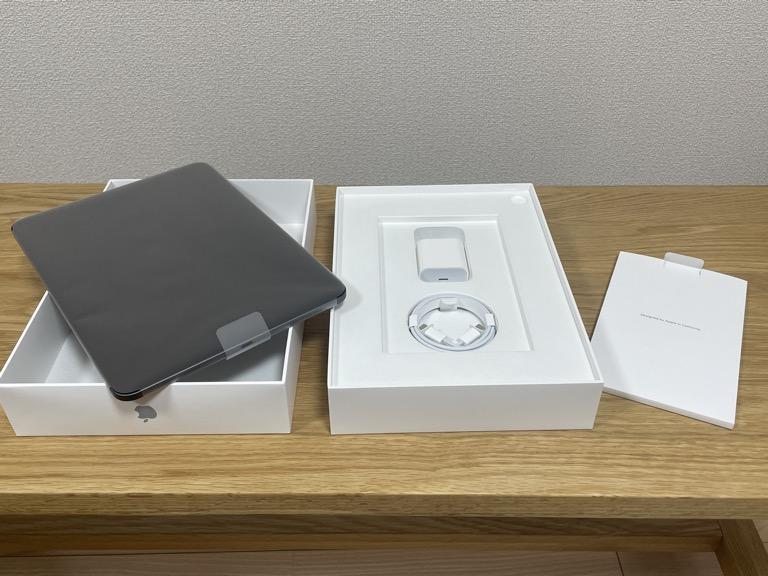 iPad Pro 11(2018)の整備済製品を開けた本体・付属品の画像